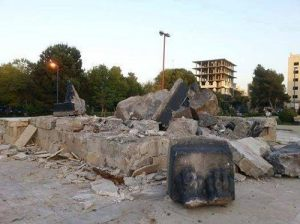 The destruction of portal lions in Ar-Raqqa by ISIS, April 2014.