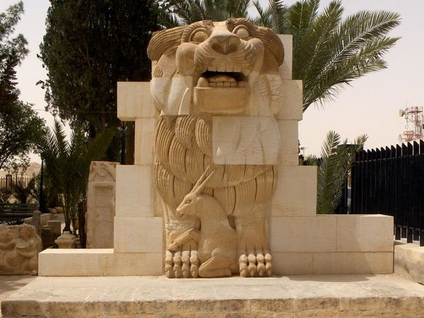Lion_in_the_garden_of_Palmyra_Archeological_Museum,_2010-04-21